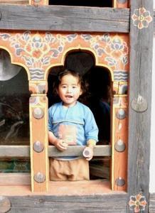 ブータン・女の子@窓07.jpg